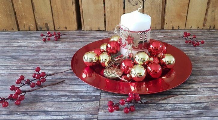 Πιατέλα με κεριά και χριστουγεννιάτικες μπάλες