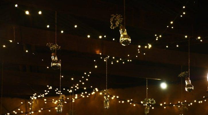Χριστουγεννιάτικα φωτάκια από το ταβάνι