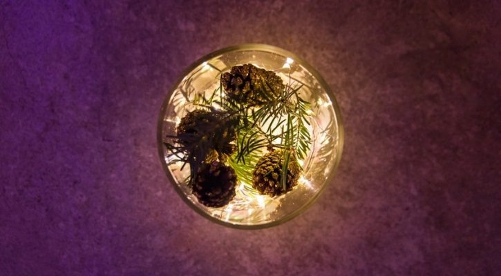 Χριστουγεννιάτικα φωτάκια σε εταζέρα