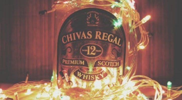 Χριστουγεννιάτικα φωτάκια σε μπουκάλι ποτού