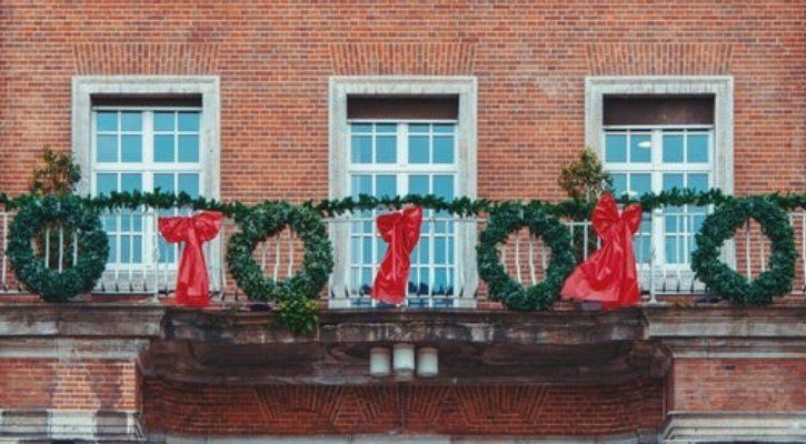 Χριστουγεννιάτικες γιρλάντες και στεφάνια