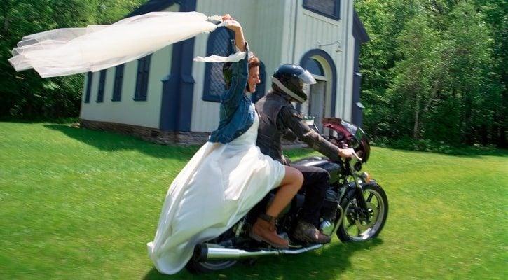 Ερχομός νύφης στην εκκλησία με μηχανή