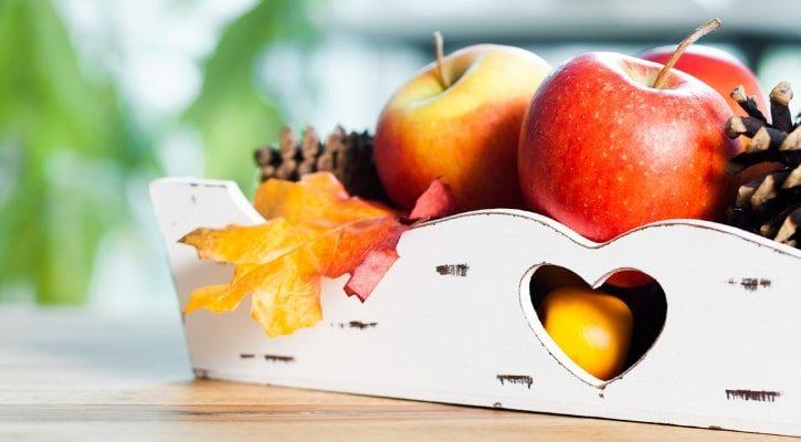 Φθινοπωρινή διακόσμηση σπιτιού με καλάθια με φρούτα