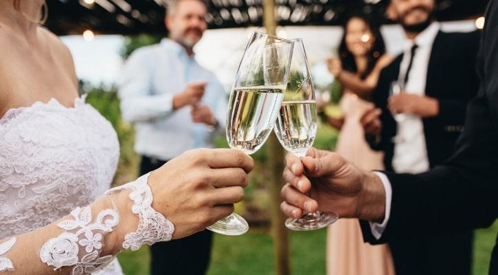 Ασπασμοί και χειραψίες στο γάμο - Οδηγός επιβίωσης για νύφες