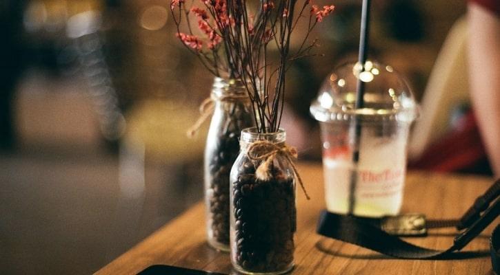Γυάλινα βάζα με κόκκους καφέ Οικονομικές Ιδέες για Φθινοπωρινή Διακόσμηση με Γυάλες